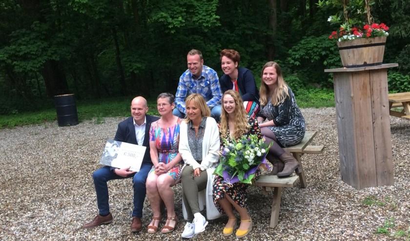 Yvonne Jaspers deelt prijs uit aan familie Bouwens