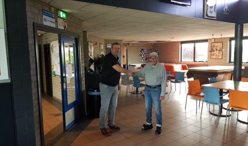 Wippolder-legende Franz Kraus (rechts) bedankt Marcel de Letter (links) voor bewezen diensten (foto: Stan Wagtman)