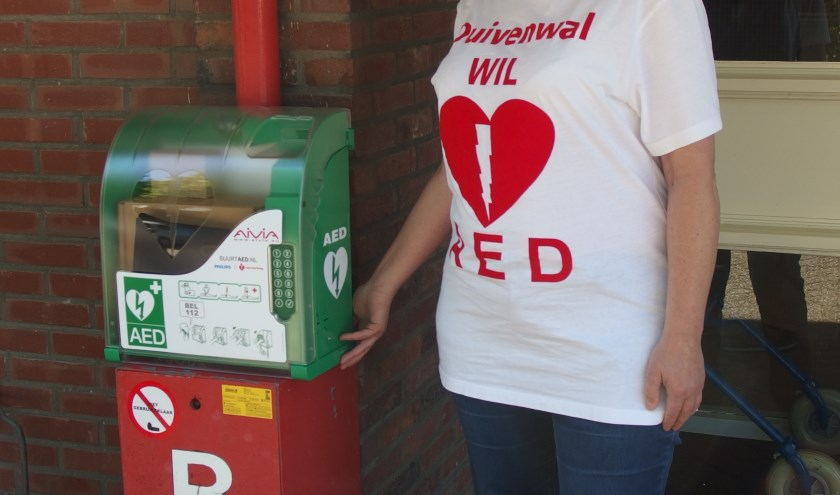 Jannie Wildeman heeft de AED in ontvangst genomen