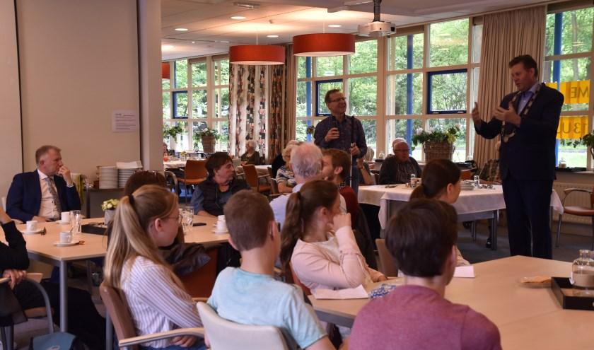Bezoek Franse delegatie en leerlingen Fruytier toegesproken door burgemeester. (Foto: Geusje van de Werfhorst)