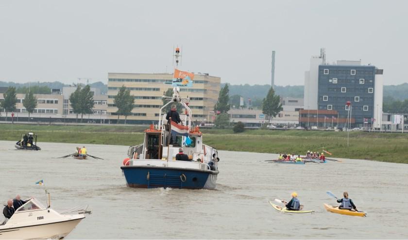 Leden van Jason begeleiden de KikaRow-boot op de laatste stuk naar Arnhem