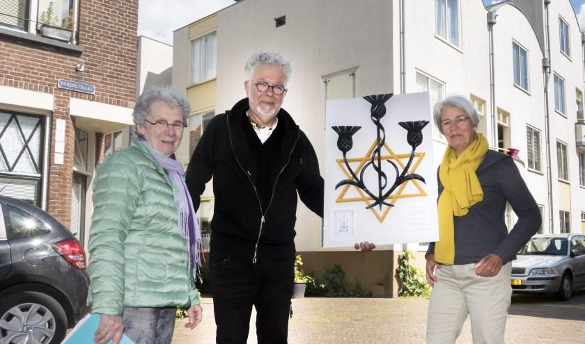 V.l.n.r. Manja Pach, Coen Bennink en Marijke van den Berg met de plaquette bij De Korenbloem. (foto Auke Pluim)