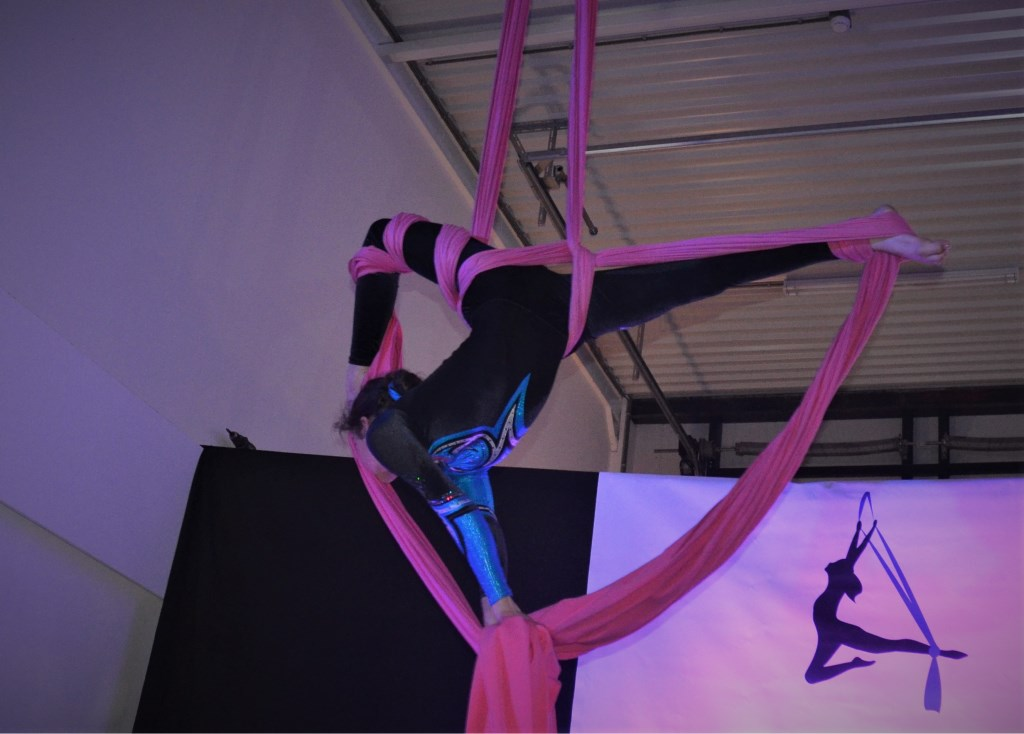 Zonne tijdens haar act in het doek Foto: Inge Haidar © DPG Media