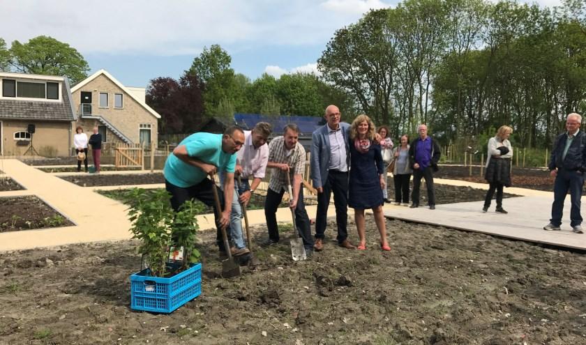 De opening van zorgboerderij Buitengewoon twee jaar geleden. Tweede van rechts Arjo Buijs.