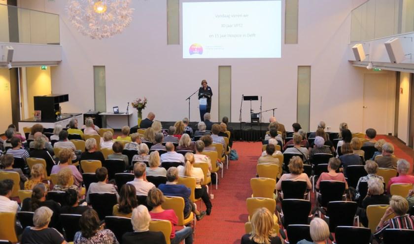 Loudi Stolker-Nanninga, voorzitter  van de Stichting Hospice en VPTZ Delft, verzorgt de introductie tijdens het jubileum symposium.