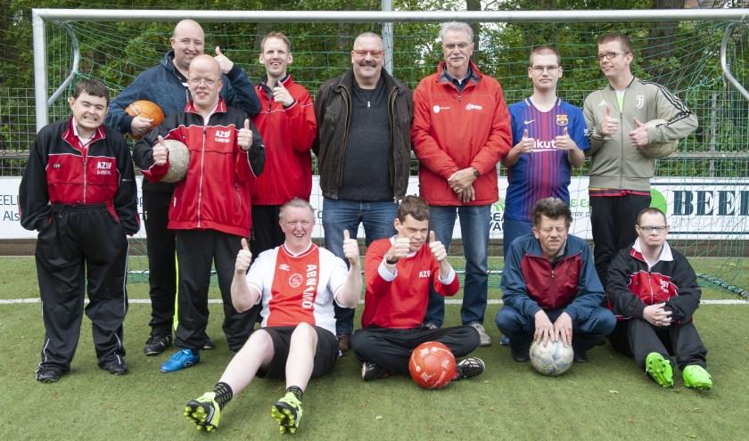 Het G-team van ASZV, met in het midden Bernhard Duenk (leider) en trainer Luuk van Arkel.