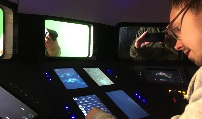 """Max stelt de schermen van de cockpitset in voordat de volgende scene wordt gedraaid. ,,Korte science-fictionfilms worden nauwelijks gemaakt in Nederland."""""""