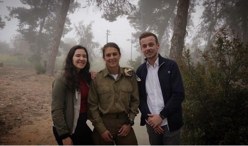 Shany Azoualy en Rutger Knol met in het midden soldate Rebecca. FOTO: PR