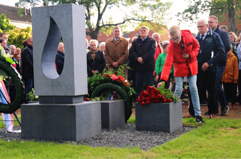 Bloemen bij het nieuwe oorlogsmonument De Traan in Westmaas. (foto: Conno Bochoven)