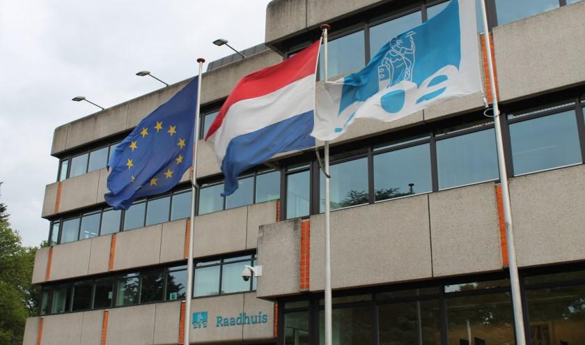 De vlaggen voor ons gemeentehuis.