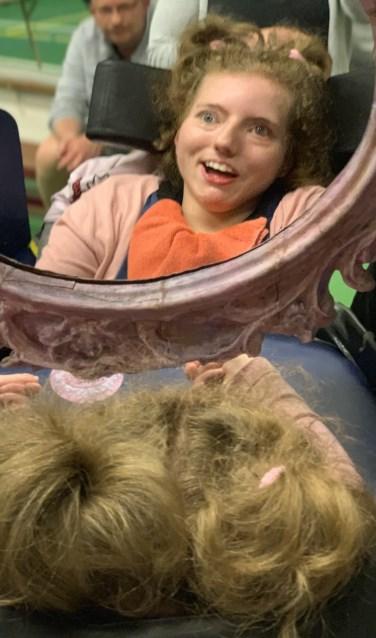 Anne geniet tijdens de voorstelling van de Spiegel. FOTO: Aylin van der Hoeven-Tanfer.