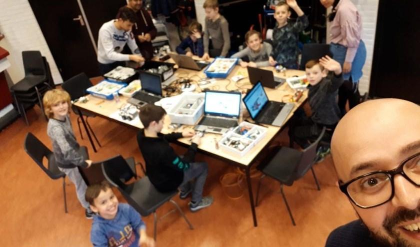 Hicham Akel (maker van deze selfie) is een van de vrijwilligers die meehelpt aan Tech Playgrounds, een initiatief van Dynamo Jeugdwerk.