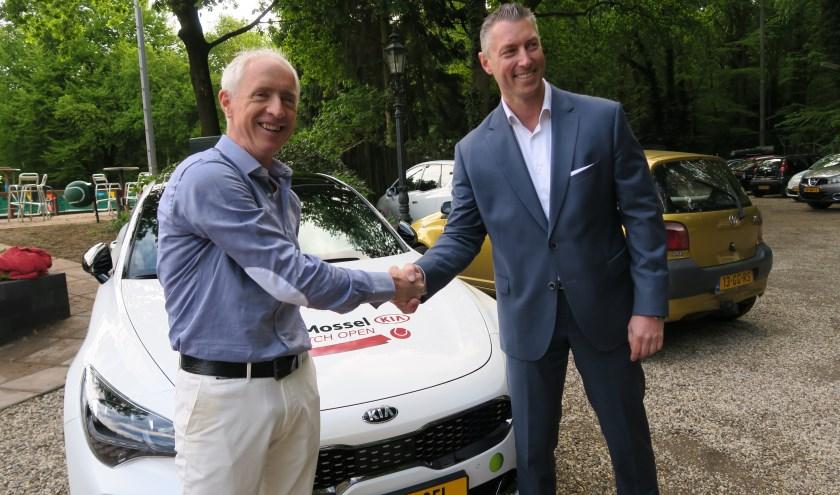 Links Tom Nijssen, toernooidirecteur. Hij schudt de hand van Bas Huijzer, directeur van de hoofdsponsor Van Mossel KIA.