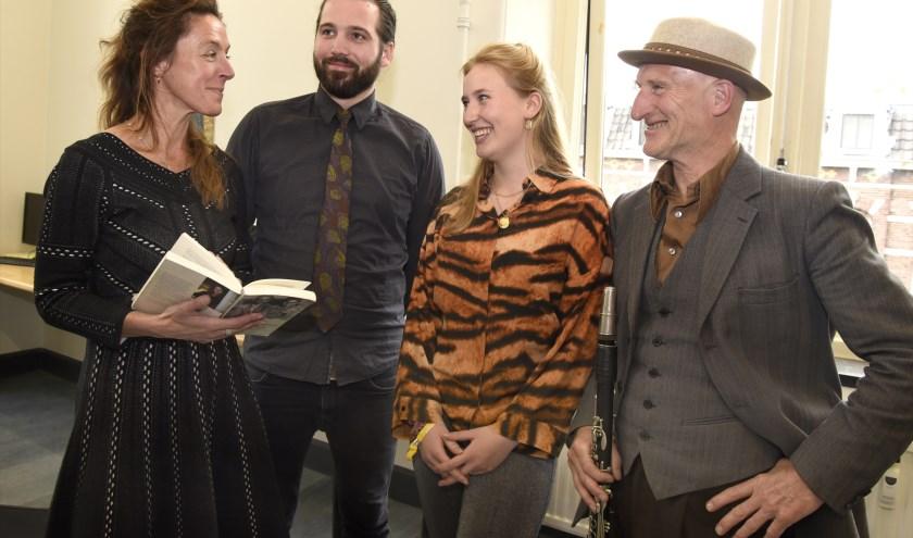 Mirjam van Hengel (l) in gesprek met Ruben Mulder, Jobke en Jaap Mulder in de voormalige HBS aan de Burg.Martenssingel. Foto: Marianka Peters