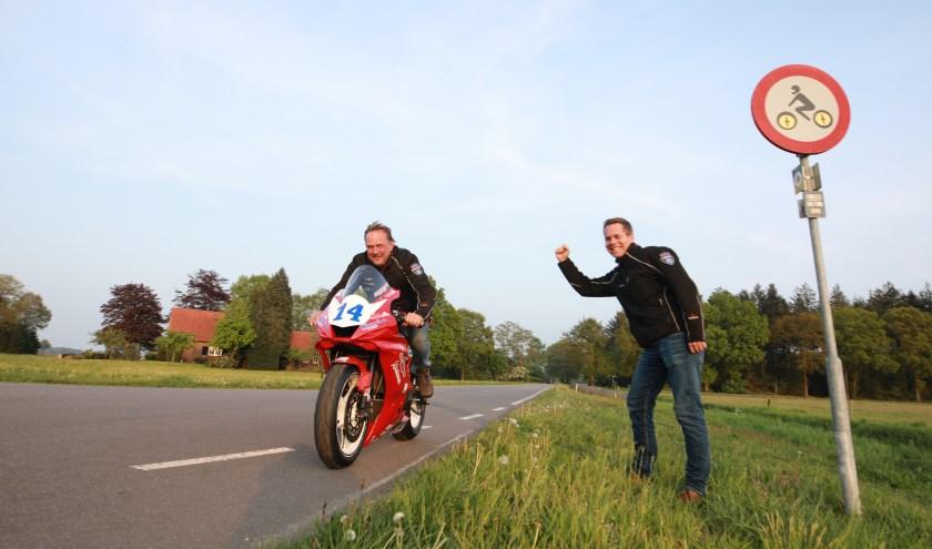 Tonny en Joep op het parcours waar motoren 363 dagen per jaar niet welkom zijn. Dit weekend staat het bord er niet. (foto: Feikje Breimer)