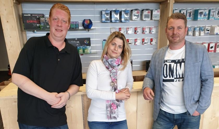 Sander Rijstenberg (rechts) met medewerker Danny Hendriks en medewerkster én partner Melanie Kraus in de nieuwe winkel, die zaterdag om 9.00 uur open gaat.