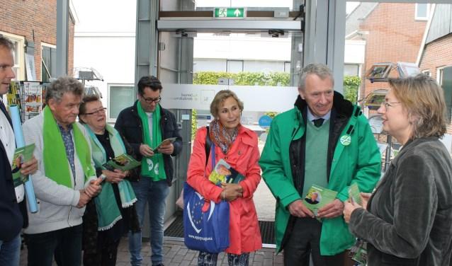 Ontvangst van Henk Jan Ormel, CDA-raadsleden en wethouder Hans te Lindert door museumdirecteur Gerda Brethouwer van het Nationaal Onderduik Museum Aalten. Foto: Leo van der Linde © DPG Media