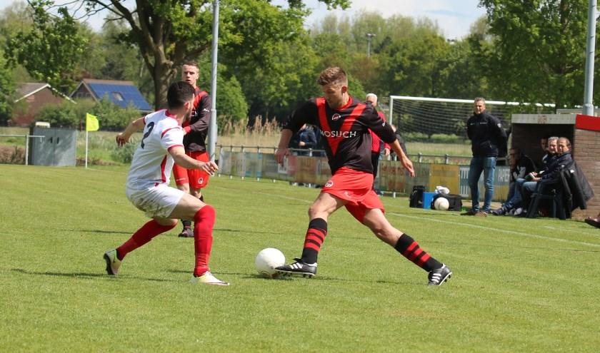 Maker van de mooiste goal, Koen Lighaam glipt langs Adem Kahraman. (Foto: Edwin Scheurs)