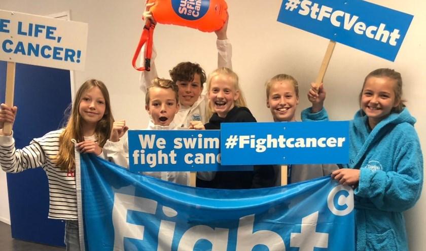 Organisatoren van Swim to Fight Cancer Stichtse Vecht hebben een bezoek gebracht aan basisschool St. Ludgerus in Loenen aan de Vecht. Foto: Swim to Fight Cancer Stichtse Vecht