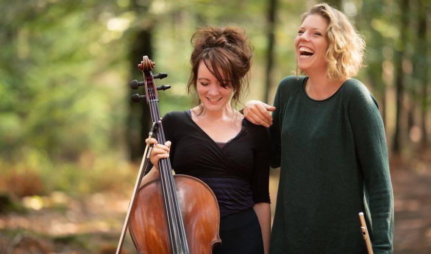 Manuela Verbeek en Barbara Merlijn nemen dekinderen mee met hun vertelsels en muzieksels in het verhaal.