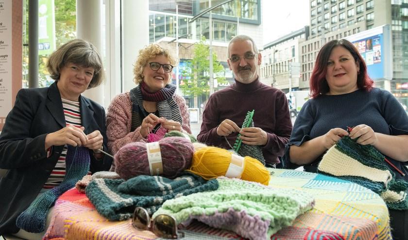 Cathy Delhanty (Tweede vanaf links) met enkele groepsleden van Wool for Warmth (Fotograaf: Michel Groen).