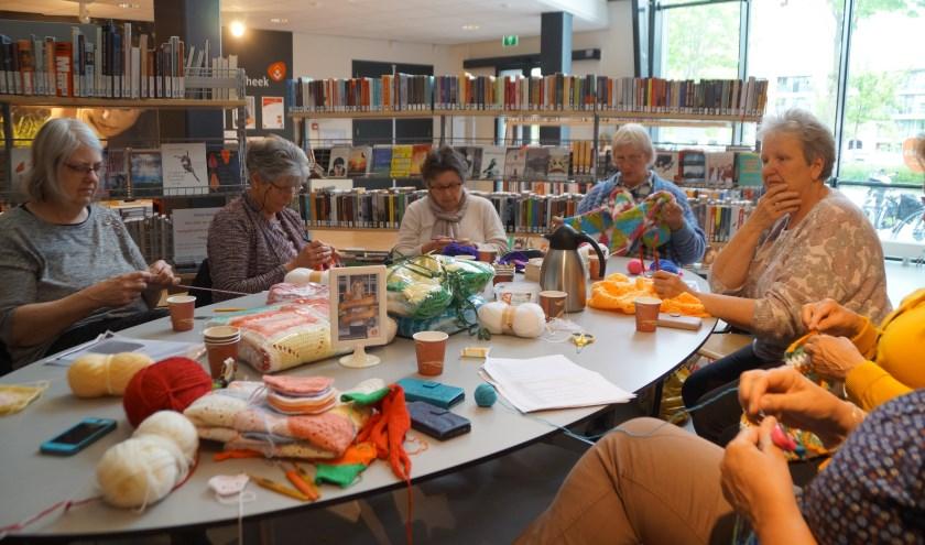 In de bibliotheek in Zaltbommel is op dinsdagmiddag een groep van zo'n 10 enthousiaste vrouwen bezig met het haken en breien van troostdekentjes.