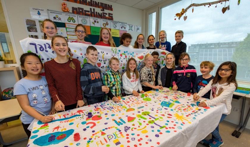 Groep 6 van de PWA centrum hebben stof geschilderd voor een nieuw pakje voor Flipje. Alexanderschool. (Foto: Jan Bouwhuis)