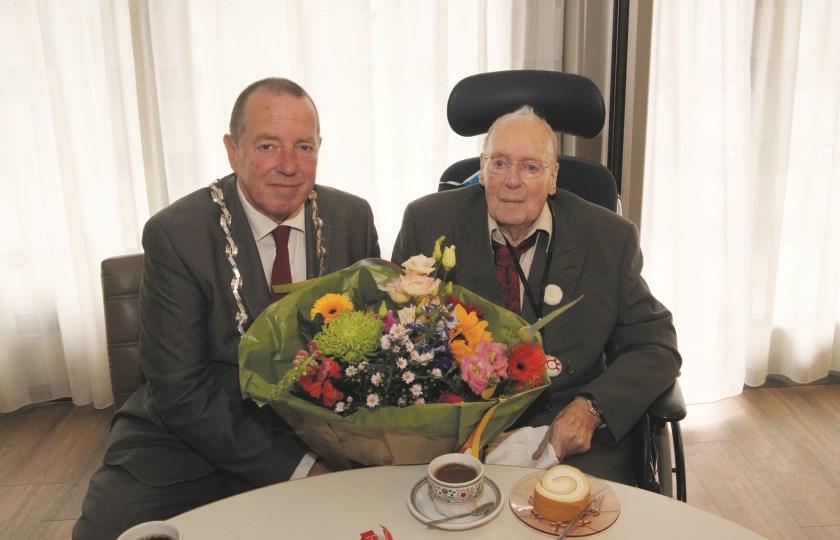 Burgemeester Rik de Lange is aangeschoven bij Bertus Janssen in De Liemerije om de 101-jarige Duivenaar te feliciteren.
