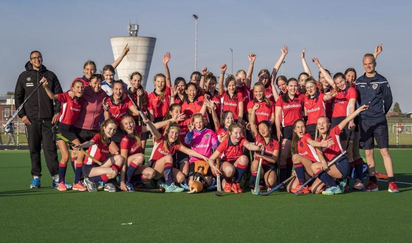 Een unieke belevenis: training krijgen van de bondscoach de meisjes van MHC Bommelerwaard maakten het mee! Foto: Gijs van Tuijl