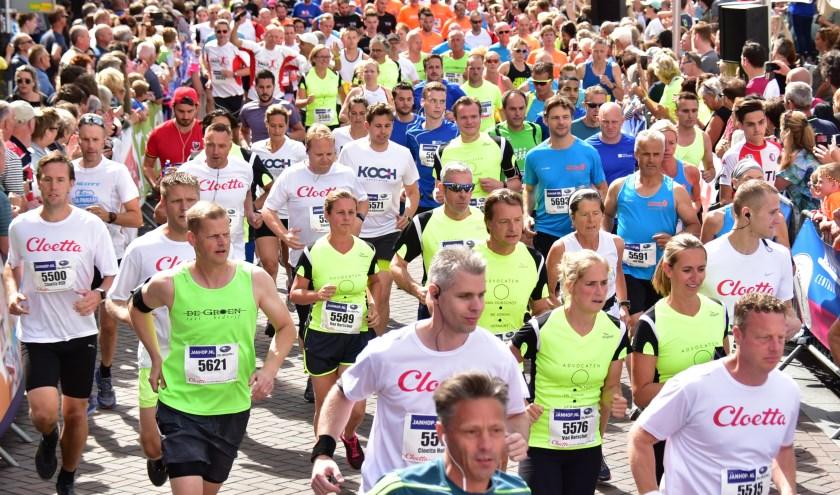 Na een gezamenlijke voorbereiding gaan de bedrijventeams van start in de Halve Marathon van Roosendaal