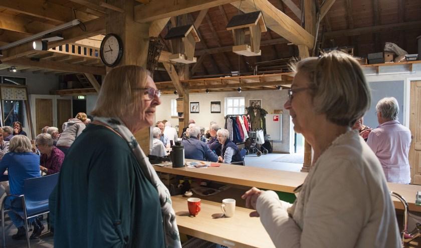 De mantelzorgers zijn bijeen in de Veldschuur in Bemmel voor de Waarderingsdag. (foto: Ellen Koelewijn)