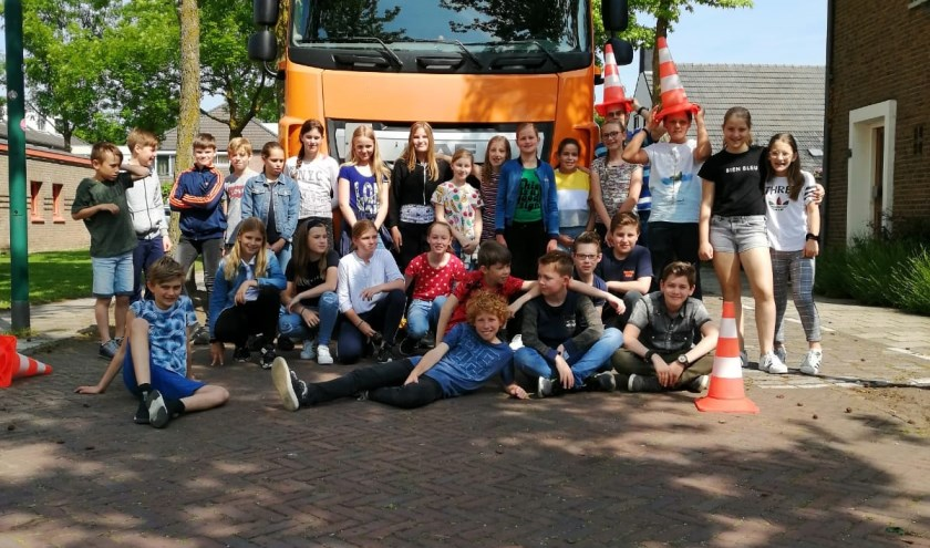 Corina Hamer, chauffeur en instructeur van Transport en Logistiek Nederland was donderdag 23 mei te gast op OBS De Nienekes
