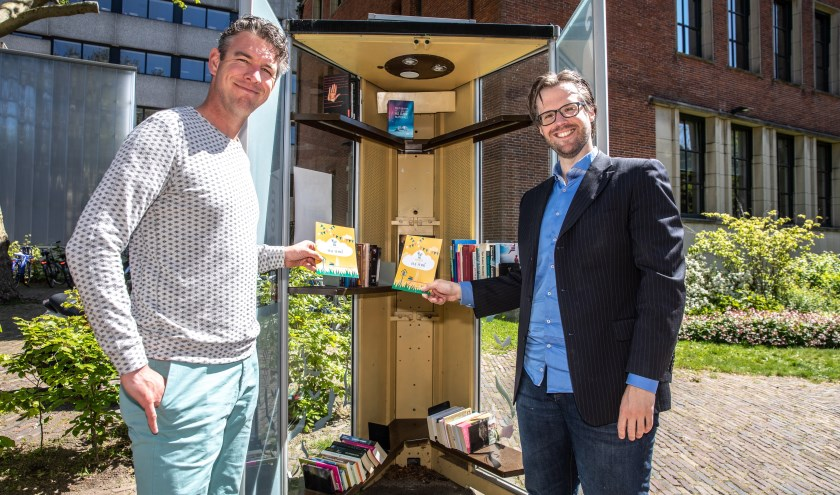 Johan Kramer (links) en Freek van der Heide bij een Minibieb voor Stadkamer aan de Zeven Alleetjes. (foto: Frans Paalman)