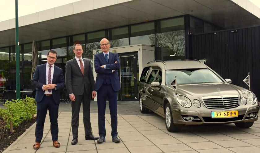 Kees Stoppelenburg, Corneel Krijgsman en Cees Kamsteeg vormen de directie van Stoppelenburg Uitvaartverzorging. ''De mensen raken met onze betrokken aanpak.'' (Eigen foto)