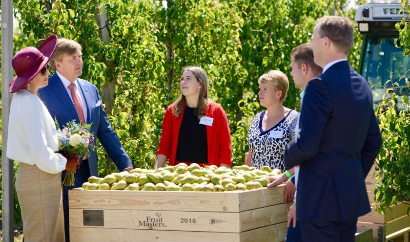 Koning Willem Alexander en Koningin Maxima in gesprek met de jonge fruittelers over de fruitteelt in de toekomst.