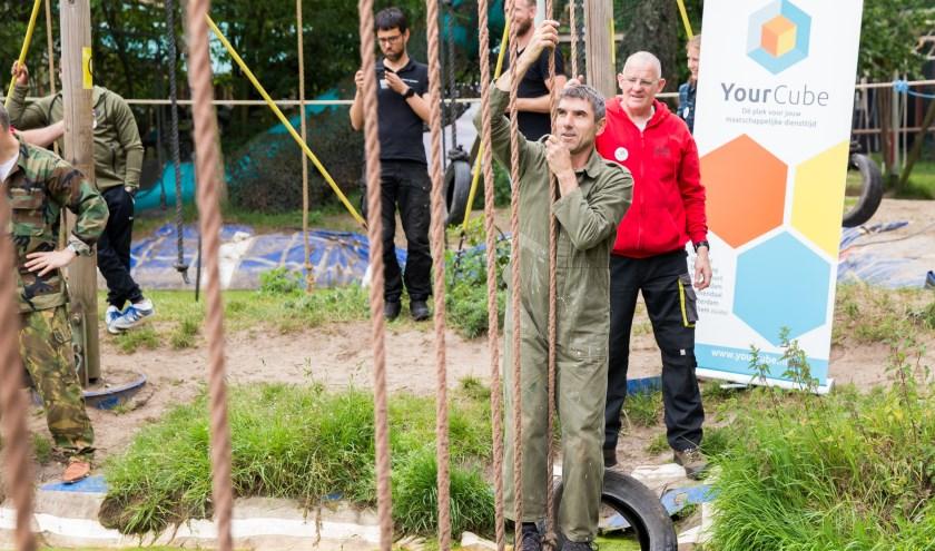 Staatssecretaris Paul Blokhuis in actie op de survivalbaan in Ede (Foto: Jacqueline Imminkhuizen)