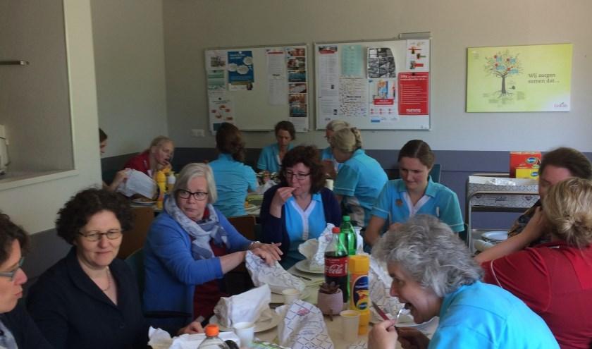 Medewerkers genieten van de calorierijke lunch