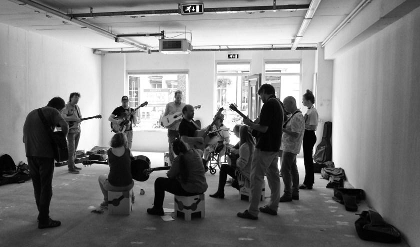 Beeld van gezellig samen muziek maken en komen tot een nieuw muziekstuk, tot een uitvoering voor publiek. Foto: Marcel Pullen.