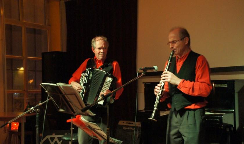 Voor de muziek zorgen deze keer Jaap Posthumus op zijn accordeon en Martin Peulen op de klarinet.