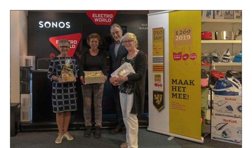 Op de foto de winnaars van april met stichtingsvoorzitter Bert Branderhorst.