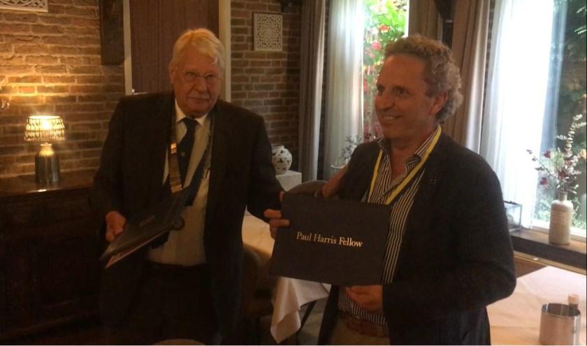 Voorzitter Arthur Slingerland reikt de onderscheiding uit aan Hans Verhoeven. Foto: Michiel Slingerland