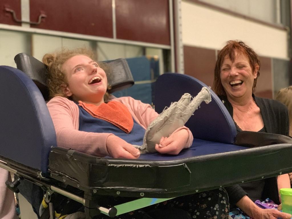Anne en haar moeder Marja genieten van de voorstelling de Spiegel. FOTO: Aylin van der Hoeven-Tanfer.  © DPG Media