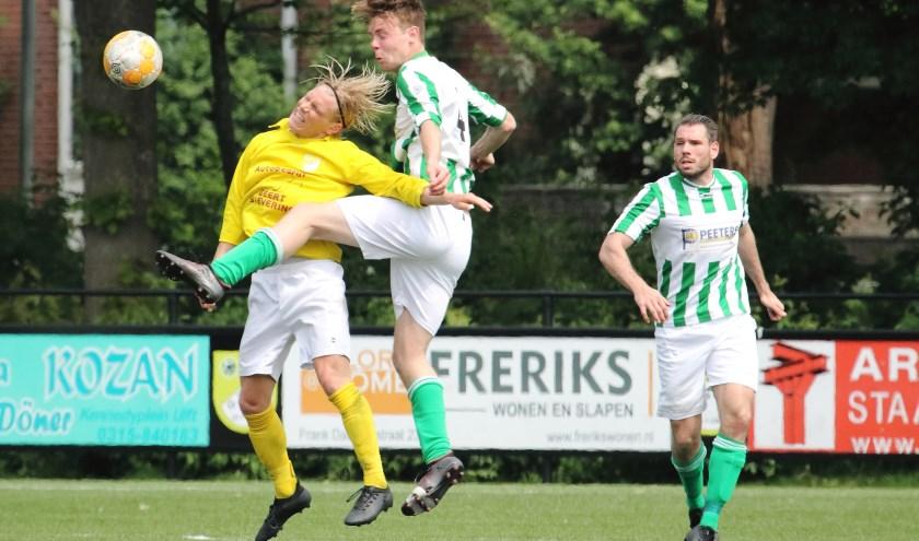 Dominiek Seinhorst (GWVV) strijd voor de bal