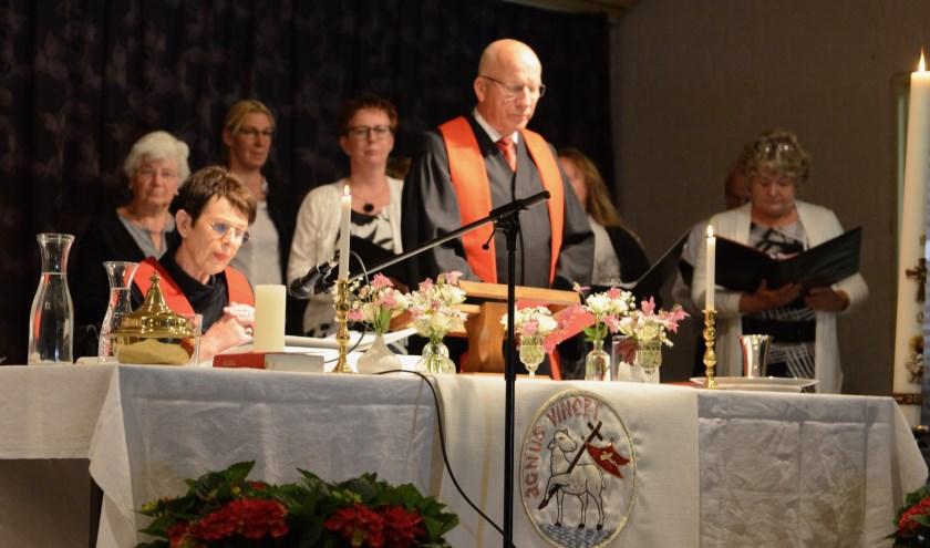 In haar rolstoel nam Ds.Ebi Wassenaar in de bijzondere dienst in De Betuwepoort zondag afscheid van de mensen die haar zo lief waren.