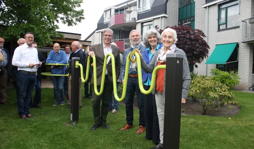 Betty Baake (rechts) neemt onder toeziend ook van Frans Schuitemaker, Herman ter Avest en Angéligue Hamme het speel- en beweegtoestel in gebruik. Foto: Rotary Rijssen Regge Regio