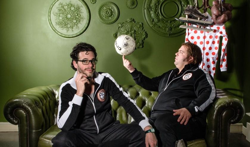 Frank Evenblij en Erik Dijkstra brengen 'Bureau Sport in het theater'. In deze voorstelling hoor je de prachtigste sportverhalen uit hun journalistieke loopbaan. foto: Annemieke van der Togt