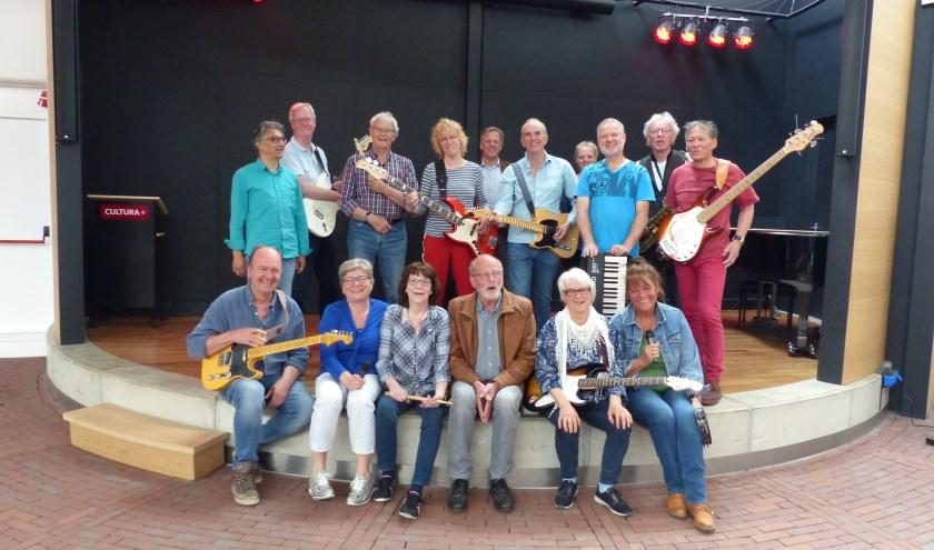 Leden van twee bands van Rockin' Old School. Zij treden op 26 mei op tijdens het ROSfest in Cultura.