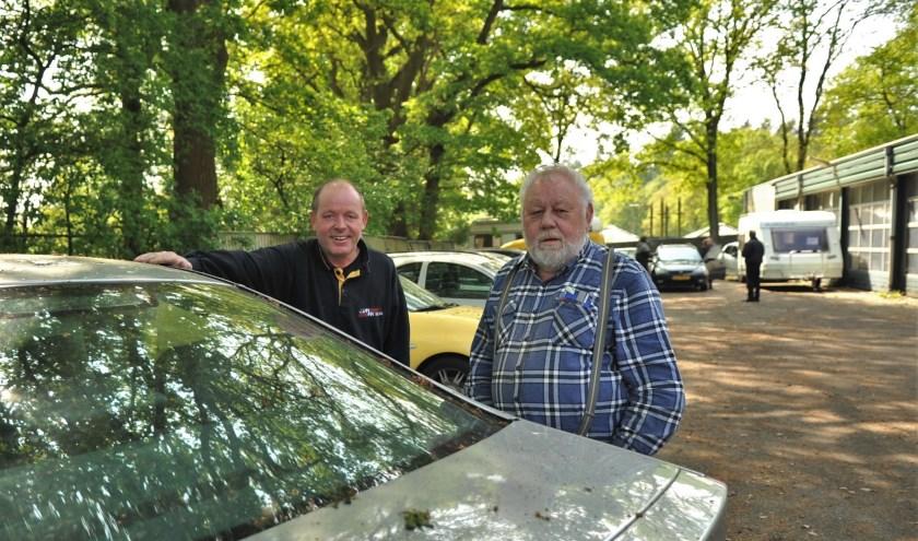 Vader Huub (r) en zoon Jan Mussé op het terrein aan de Doorwerthse heide. Foto: gertbudding.nl