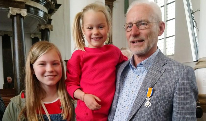 De Vries met zijn kleinkinderen op de foto nadat hij zijn lintje had ontvangen. FOTO:Wilma de Jonge