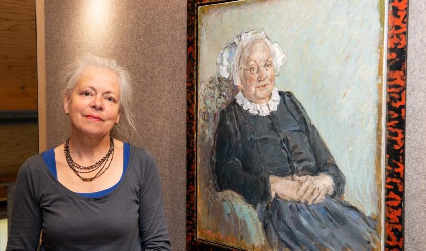 De Epese kunstschilder Marjolein Menke poseert bij een van haar werken waarmee ze momenteel exposeert in Hagedoorns Plaatse.